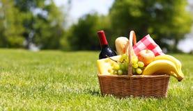 Picknickkorb mit Lebensmittel Lizenzfreies Stockfoto