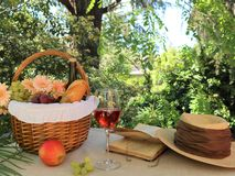 Picknickkorb mit Lebensmittel stockbild