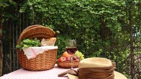 Picknickkorb mit Lebensmittel lizenzfreie stockfotos