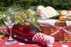 Picknickkorb mit Nahrung, Früchten und Flasche Wein Stockbild