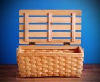 Picknickkorb offen und leer stockfotos