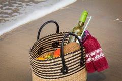 Picknickkorb am Strand Lizenzfreie Stockfotografie