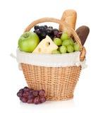 Picknickkorg med bröd och frukter Arkivbild