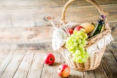Picknickkorg med fruktbr?d och vin arkivbild