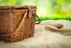 Picknickkorg på tabellen med säcktorkduken Arkivbild