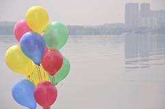 Picknickkorgar med ballonger Arkivbild