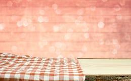 Picknicklijst met bokehachtergrond Royalty-vrije Stock Afbeeldingen