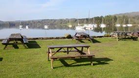 Picknicklijsten in Ambleside, Meer Windermere Stock Foto's