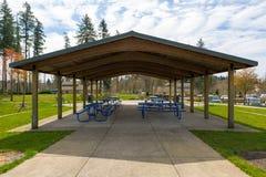 Picknicklijsten onder Schuilplaats in Stadspark In de voorsteden Royalty-vrije Stock Foto's