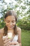 Picknickmädchen, das weiße Rose anhält Lizenzfreies Stockbild