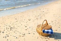 Picknickmand bij het strand Stock Foto's