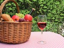 Picknickmand met voedsel royalty-vrije stock afbeelding