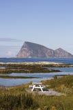 Picknickområde vid fjorden, Sommaroy, Tromso län, Norge Arkivfoto