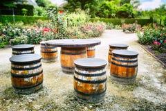 Picknickplaats met oude houten vaten Stock Afbeeldingen