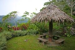 Picknickschuilplaats naast een meer in de Filippijnen royalty-vrije stock foto's