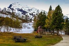 Picknickstelle unter einem Schnee bedeckte Hügel Lizenzfreies Stockbild