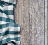 Picknickstoff über altem Holztischschmutz Lizenzfreies Stockbild
