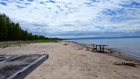 Picknicktabell längs härlig sandstrandkust Dag Sunny Vacation Shoreline Beach Destination i sommar med härlig himmel lager videofilmer