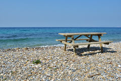 Picknicktabell på en strand Royaltyfria Bilder