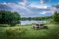 Picknicktabell på Guildford sjön Royaltyfri Foto