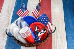 Picknicktabell som är klar för fjärdedel av det Juli partiet Royaltyfri Fotografi