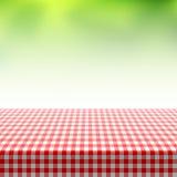 Picknicktabell som täckas med den rutiga bordduken Arkivbilder
