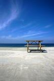 Picknicktabelle auf Strand stockfotografie