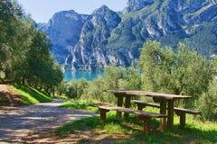 Picknicktabelle durch den See lizenzfreie stockfotografie