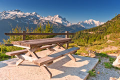 Picknicktabelle und -bänke in den Bergen Stockfoto