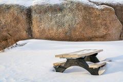 Picknicktabellen och granit vaggar i Vedauwoo rekreationsområde Royaltyfri Foto