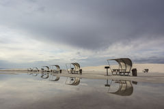 Picknicktabeller på vit sandpapprar den nationella monumentet Arkivfoton