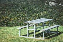 Picknicktisch auf einem Berghang stockfoto