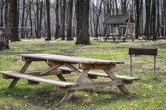 Picknicktisch auf einer grünen Wiese Stockbilder