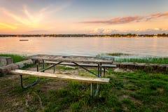 Picknicktisch auf Hafen bei Sonnenuntergang Lizenzfreie Stockbilder