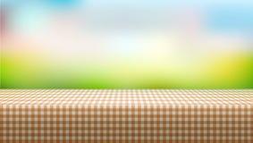 Picknicktisch bedeckt mit Tischdecke auf unscharfem Hintergrund Lizenzfreie Stockfotos