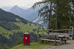 Picknicktisch in den Dolomit lizenzfreies stockbild