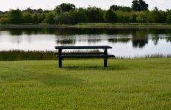 Picknicktisch u. Wasser Lizenzfreie Stockfotos
