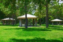 Picknicktischbereich im schönen grünen grasartigen Park Lizenzfreies Stockfoto