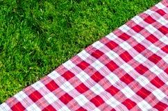 Picknicktischdecke auf dem Gras Stockfoto