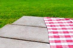 Picknicktischdecke auf dem Tisch Lizenzfreie Stockfotos