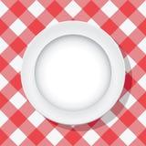 Picknicktischdecke und leere Platte Stockbild