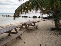 Picknicktische auf einem Strand Stockfoto