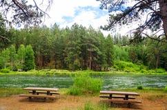 Picknicktische und Fluss Stockbilder