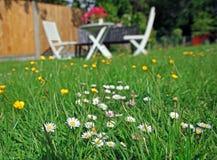 Picknickträdgårdtabell och stolar Arkivfoto