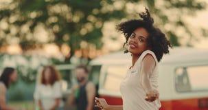 Picknickzeitfreunde haben die schöne Zeit zusammen, das afrikanische Mädchen der Nahaufnahme, das freundlich vor der Kamera tanzt stock video