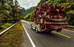 Pickup overloaded z domowymi naczyniami fotografia royalty free
