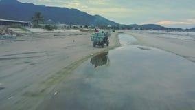 Pickup przewożenia alg worków przejażdżki na wody plaży przeciw palmom zbiory