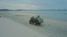 Pickup ruchy na Plażowym mężczyzna Siedzą na alga workach przeciw oceanowi zdjęcie wideo