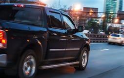 pickup rusza się wzdłuż alei w mieście w wieczór zdjęcia stock