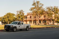 Pickupat dello sceriffo il quadrato della plaza in San Juan Bautista, California, U.S.A. fotografia stock
